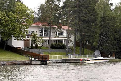 Entinen F1-kuljettaja Mika Salo nauttii Suomessa ollessaan meren aaltojen liplatuksesta Itä-Helsingin-talossaan.