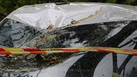 Kiira-myrsky kaatoi puita autojen päälle Oulunkylän urheilupuiston parkkipaikalla Helsingissä.