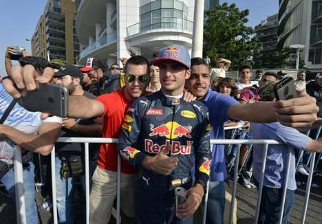 Carlos Sainz jr. oli Monacon aika-ajoissa seitsemänneksi nopein. Ajojen jälkeen oli selfieiden aika.