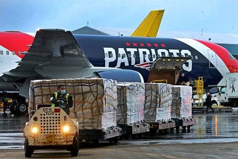 Amerikkalaisen jalkapallon ammattilaisjoukkue New England Patriots lennätti omistamallaan lentokoneella yli miljoona N95-hengityssuojaa Kiinasta Yhdysvaltoihin.
