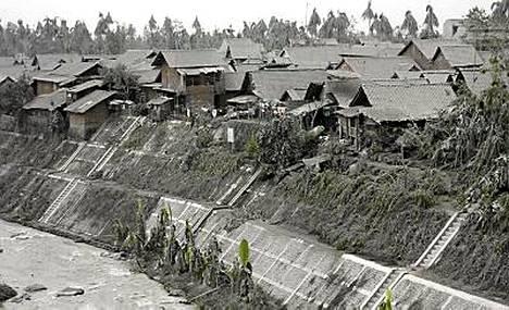 No onkos tullut talvi Indonesiaan? Ei sentään, vaan tulihuoren tuhka on harmaannuttanut viidakkoakin.