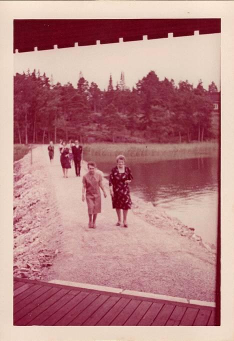 Kävihän siellä Sylvi Kekkonenkin (edessä vasemmalla), vaikka avajaisiltana harrastikin kirjallisuutta Lahdessa.