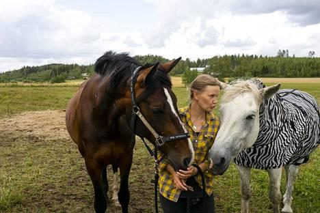 Ilta-Sanomat vieraili Tuulispäässä elokuussa. Piia Anttosen vasemmalla puolen teuraalta pelastettu Lara-hevonen.