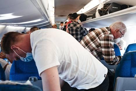 Lentoyhtiö Finnair vaatii matkustajiltaan kasvomaskia.
