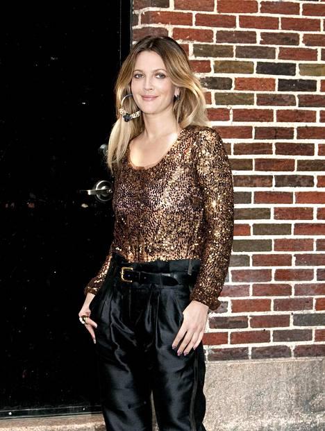 Drew Barrymore nähtiin tempauksen jälkeen usein David Lettermanin vieraana. Kuvassa näyttelijä matkalla talk show'n kuvauksiin vuonna 2010.