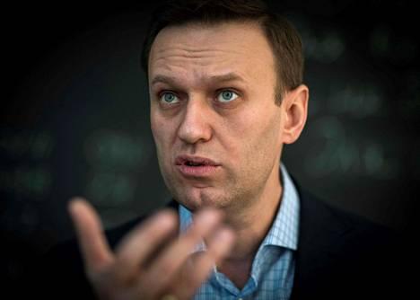 Venäjän oppositiojohtaja Aleksei Navalnyi on herätetty berliiniläisessä sairaalassa keinotekoisesta koomasta.