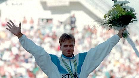 Valentin Kononen juhli MM-kultaa Göteborgissa 1995.