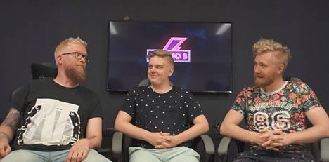 """Otto """"Metsanauris"""" Kaipiainen (keskellä) nöyryytti ohjelman käsikirjoittaja/pelaaja Miika Kuikkaa (vasemmalla) leikkimielisessä 1V1 Solo Duel -kamppailussa tuloksin 17-0. Oikealla istuu ohjelman isäntä Atte Antikainen."""