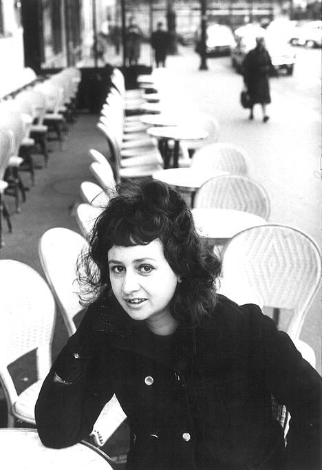 –60-luvulla nuorilla naisilla ei ollut yhtään arvovaltaa, Eeva Lennon sanoo. Tällä kuvalla pariisilaiskahvilasta hänen henkilöllisyytensä paljastettiin 1968 Uuden Suomen lukijoille. Lehtijuttujen ohessa oli ollut vanhentava piirros, jotta naiskirjeenvaihtajan uskottavuus säilyisi.
