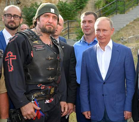 Yön susien johtaja Aleksandr Zaldostanov ja Venäjän presidentti Vladimir Putin ovat hyvin läheisissä väleissä. He poseeraavat usein myös kameroille yhdessä.