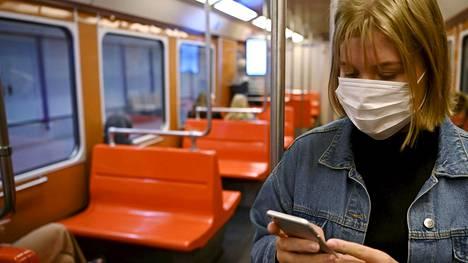 Ihmisten liikkuvuus on palaamassa pikkuhiljaa normaalille tasolle, mutta pandemia ei ole vielä ohi, muistuttaa HUSin apulaisylilääkäri Eeva Ruotsalainen.