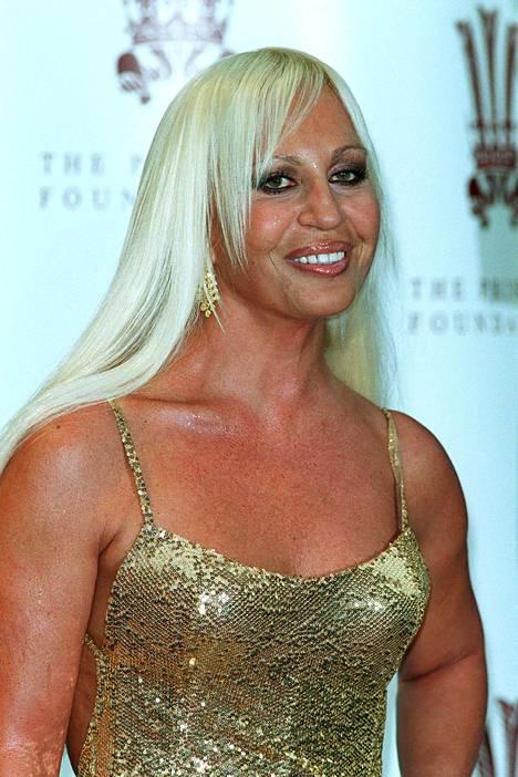 Sivuotsis ja platinablondi Donatella Versacen tyyliin.