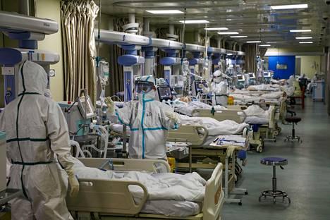 Koronaviruspotilaiden tehohoitotarve on reilusti pidempi kuin muilla potilailla keskimäärin, mikä ruuhkauttaa teho-osastot. Kuva kiinalaisen sairaalan teho-osastolta viime helmikuussa.