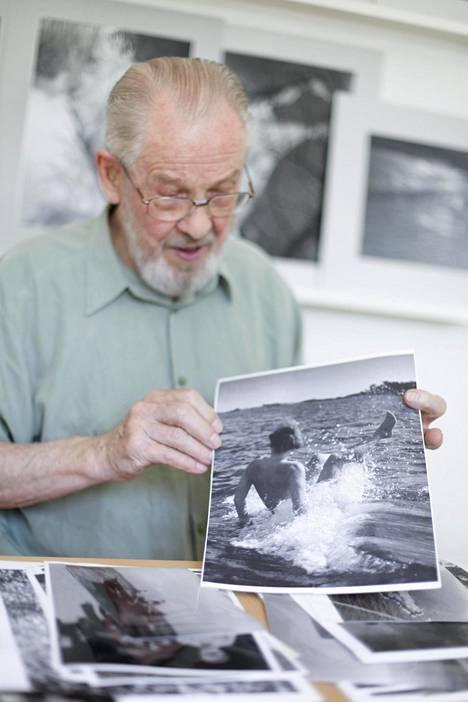 Per Olov Jansson esittelee ottamaansa valokuvaa Tove Janssonista Klovharussa.