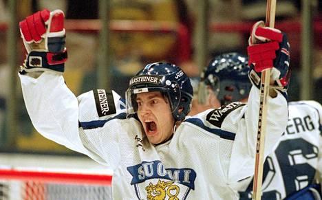 Ville Peltonen tuuletti villisti kolmatta maaliaaan MM-finaalissa.