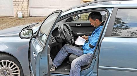 Kuvan henkilö tai auto eivät liity mittareiden manipulointiin.
