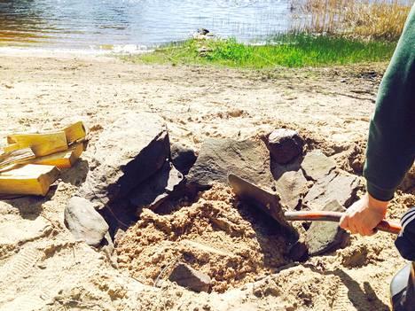 Peitä hiillos hyvin hiekalla.
