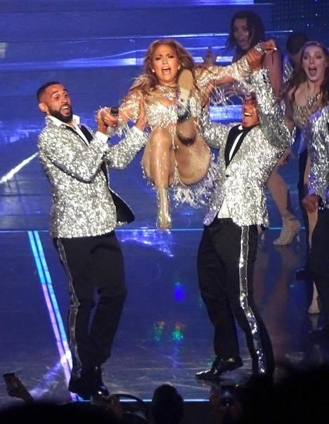 Taitavana tanssijana tunnetun Lopezin show'ssa nähtiin myös nostoja.