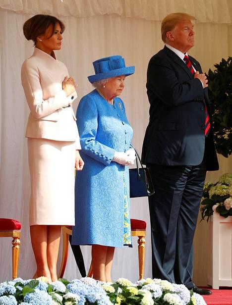 Kyseessä ei ole valtiovierailu täyden kaavan mukaan, eli illallisen sijaan presidenttipari nauttii teetä kuningattaren kanssa.
