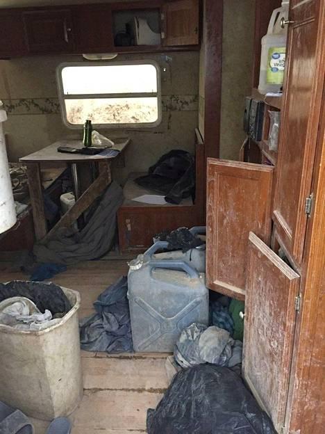 Leirin ainoa asumus oli saastainen, maahan osittain haudattu traileri.