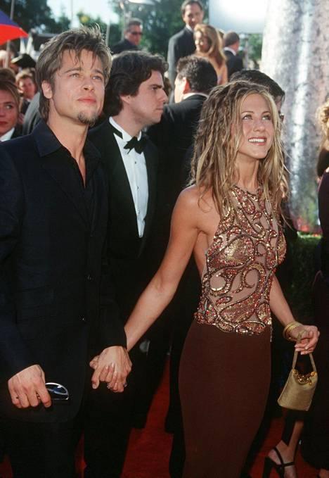 Brad Pitt ja näyttelijä Jennifer Aniston seurustelivat vuodesta 1998 alkaen ja avioituivat vuonna 2000. Kuva on vuodelta 1999.