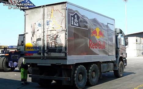 Dakarin rallin viralliseksi huoltoautoksi naamioidussa rekassa salakuljettiin 800 kiloa kokaiinia Argentiinasta Espanjaan.