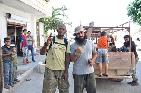 Nero Saraiva poseerasi yhdessä ruotsalaisen Hassan al-Mandlawin kanssa 15.8.2013 otetussa kuvassa, joka sisältyi Suomen poliisin esitutkintamateriaaliin. Al-Mandlawi oli muutamaa kuukautta aiemmin osallistunut teloitukseen, mistä hänet tuomittiin Ruotsissa elinkautiseen.