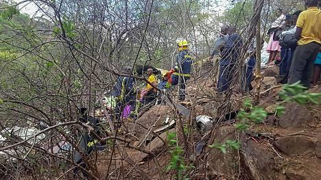 Lentokoneen jäänteitä tutkittiin Zimbabwessa.