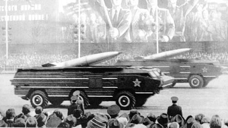 Lyhyen kantaman SS-21-ohjuksia Voiton päivän paraatissa Moskovassa vuonna 1985.