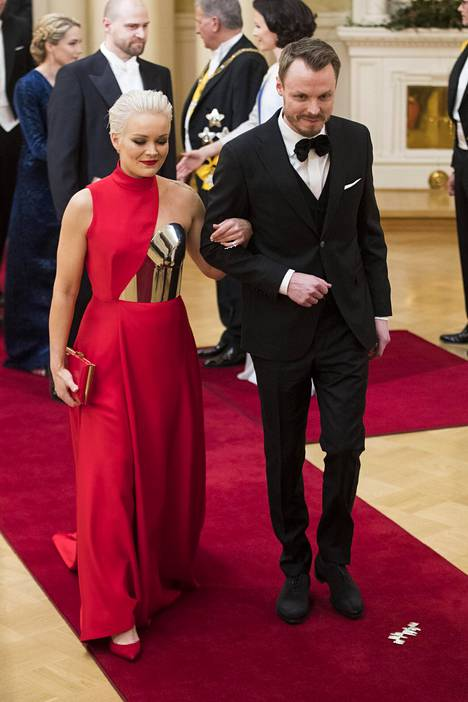 Anna Puu ja Jukka Immonen kuvattuna Linnan juhlissa vuonna 2018.