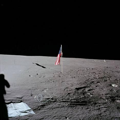 Kuun pintaa pystytetyt liput on jäykistetty rautalangalla, koska kuussa ei tuule. Ilman rautalankaa ne roikkuisivat löysänä myttynä.
