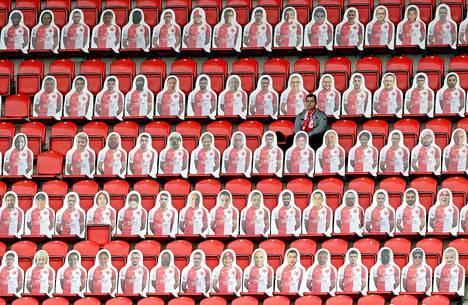 Näin Tsekeissä. Prahassa pelatun paikallisen jalkapallo-ottelun yleisöön oli leikattu pahvikuvia yleisöksi. Mukana yleisössä on yksi aito kannattaja. Myös Tsekeissä pelataan jalkapalloliigaa tyhjille katsomoille koronarajoitusten vuoksi.