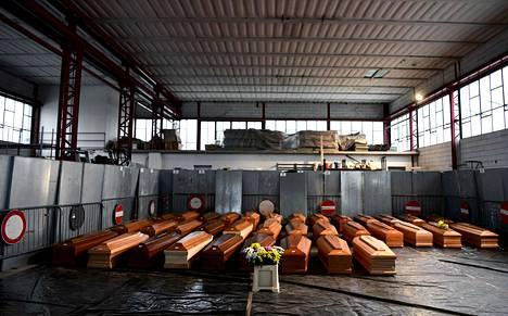 35 arkkua odotti siirtämistä krematoitavaksi varastossa Ponte San Pietron kaupungissa torstaina.