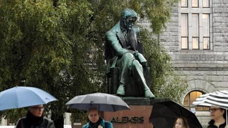 Aleksis Kiven patsas Helsingissä.
