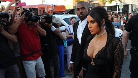 Kim Kardashian Westin juhlapuvun rintavako oli hyvin antava.