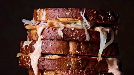 Reuben-leivässä lumoavat voimakkaat maut, jotka sopivat täydellisesti yhteen.