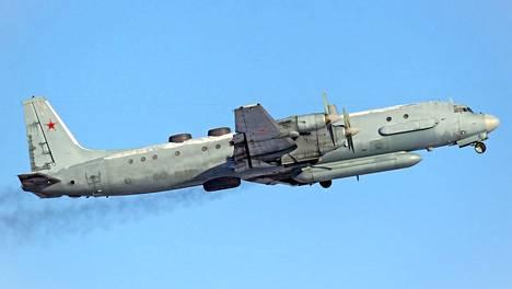 SAS:n koneen yli pyyhkäisi kuvan kaltainen Iljushin Il-20 -sotilaskone. Venäjän ilmavoimat käyttää konetyyppiä muun muassa tutkavalvontaan ja elektroniseen tiedusteluun.