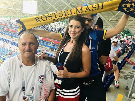 Finosovin perhe saapui seuraamaan Venäjän ja Uruguayn kohtaamista Rostovista. Kuvassa Dmitri (oik.), Jekaterina ja Vasili.