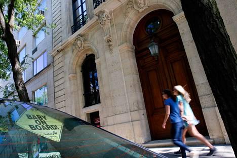 Ohikulkijoita Jeffrey Epsteinille kuuluneen talon edustalla New Yorkissa.