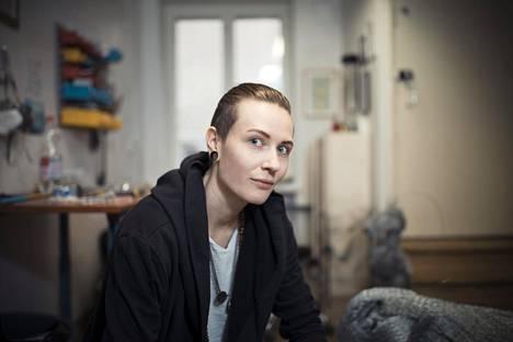 """""""Joskus olen ollut vaan niin väsynyt taisteluun, että olen alistunut ja ajatellut, että lopetan sitten joskus"""", sanoo Eliya Zweygberg masennuslääkkeiden lopettamisesta."""