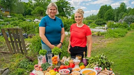 Sanna Kiiski ja Pippa Laukka tarkastelemassa terveellisiä ruokia Olet mitä syöt -ohjelman kuvauksissa.