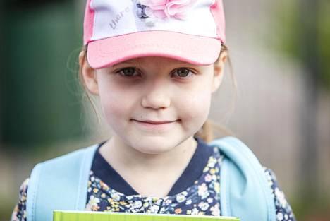 Tuoksuvat kynät ja uusi penaali kannustivat Amyn, 6, kohti ensimmäistä koulupäivää.