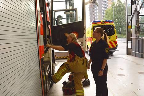 Sisäministeri Maria Ohisalo (vihr) on tutustunut toimialaansa haalaritasollakin Espoon Niittykummun paloasemalla.
