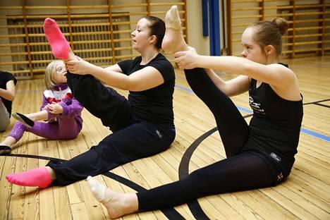 Valmentaja Mari Mieskonen opastaa. 7-vuotias Ilona (vas.) ja 14-vuotias Saga Hänninen ottavat mallia.