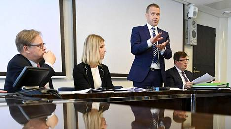 Kokoomuksen puheenjohtaja Petteri Orpo ja kansanedustajat Sari Multala, Arto Satonen (oik.) ja Juhana Vartiainen (vas.) julkistivat puolueensa sosiaaliturvamallin Helsingissä 31. toukokuuta 2018.