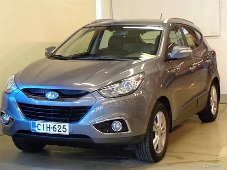 Hyundai ix35 4wd 2,0 120kW 6AT Style vuosimallia 2011 ja mittarilukemalla 93 000 km löytänee ostajansa, vaikka ix35 -malli ei mikään nelivetoisten hitti olekaan. Kuvan nelivetoisesta bensa-Hyundaista automaattilaatikolla Autopale Oy Jyväskylässä pyytää 19 980 euroa. Nelivetoisia ja bensamoottorisia ix35 -malleja Nettiauto.comissa oli hintaluokassa 18 000-25 000 euroa myynnissä tammikuun lopulla vain 6 autoa.