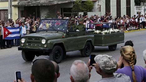 Edesmenneen Kuuban johtajan Fidel Castron tuhkia kuljetettiin Santiagon kaupungin kaduilla 30.11.2016.