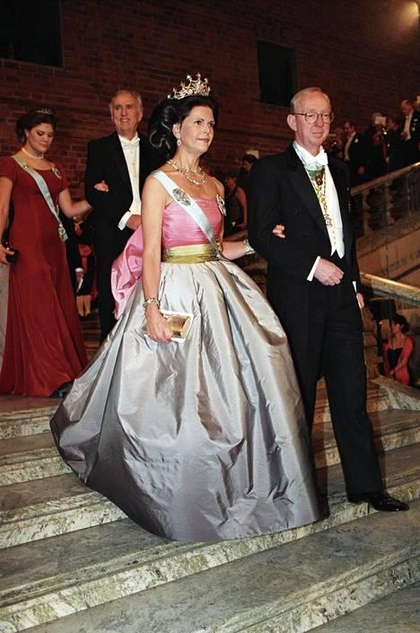 Kuningatar Silvia puki saman iltapuvun 23 vuotta aiemmin Nobel-gaalaan.
