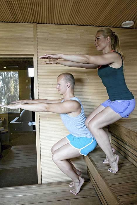 3. Saunasoturi: Alkuasento: siirry istumaan lauteiden etureunaan jalat lantion levyisessä haarassa ja jalkaterät suoraan eteenpäin. Ojenna kädet eteen vaakatasoon, vedä lapaluita kevyesti alaspäin kohti selkärankaa ja jännitä vatsalihakset. Tee näin: vaikeustaso 1: nosta pakarat irti penkistä, niin että kädet pysyvät vaakatasossa ja katse suoraan eteenpäin. Jos et aio nousta varpaille, ota sellainen asento, että pystyt näkemään varpaasi. Vaikeustaso 2: nosta toisen jalan kantapää ylös. Pidä paino yhtä paljon päkiän sisä- ja ulkosyrjällä. Vaikeustaso 3: nosta molemmat kantapäät ylös. Jännitä kaikissa suoritusvaihtoehdoissa vatsalihaksia, jotta selkä ei pääse notkolle. Palaa alkuasentoon laskemalla ensin kantapäät alas, tuomalla sitten kädet lauteiden reunaan ja istu vasta sen jälkeen alas. Kesto: toista 3 kertaa, yritä pysyä asennossa joka kerta 3-5 rauhallisen hengityksen ajan. Vaikutus: saunasoturi vahvistaa jalkojen ja keskivartalon lihaksia, syviä selkälihaksia sekä nilkkojen ja polvien niveliä. Lisäksi liike huoltaa nilkkojen ja varpaiden nivelten joustavuutta.