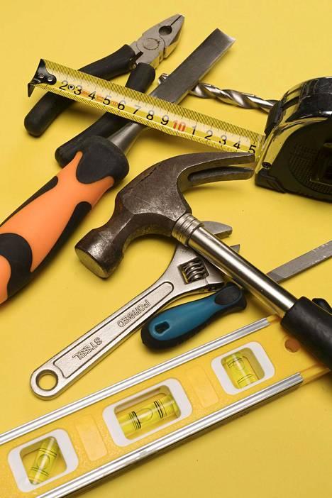 Työkalut ovat kirpputorilla hitti. Kysyntää on enemmän kuin tarjontaa, kertoo oulunsalolaisen Kyläkahvila ja kirppis Iisin yrittäjä Sini Hämeenkorpi.